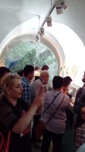 Guiden Vanja Larberg väcker stort intresse när hon visar delar av Stadsmuseets utställning Urbanum