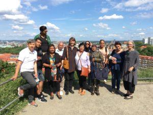 Efter en lång och mycket uppskattad stadsvandring nådde Vanja Larberg från Stadsmuseet och gruppen från Integrationsnätverk Göteborg målet, Skansen Kronan, med utsikt över staden.