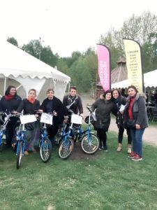 Integrationsnätverk Göteborg gav besökarna exempel på olika aktiviteter som föreningen kan erbjuda. Här prövas cyklar som föreningen fått genom samarbete med NTF.