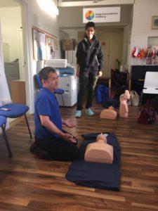 Röda Korsets instruktör Johanna ger goda råd. Det var 26 medlemmar från föreningen som deltog i Röda Korsets kurs.