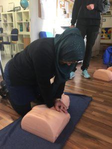 Alla deltagare fick möjlighet att öva hjärt-lungräddning på Röda Korsets docka.